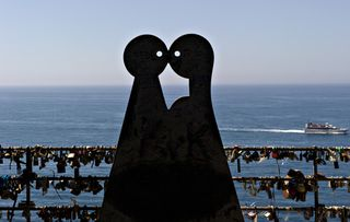 Italian lovers statues
