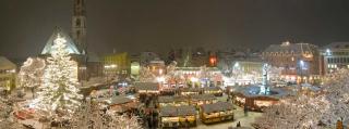 Mercatino-natale-bolzano-notturno-nevicata-1